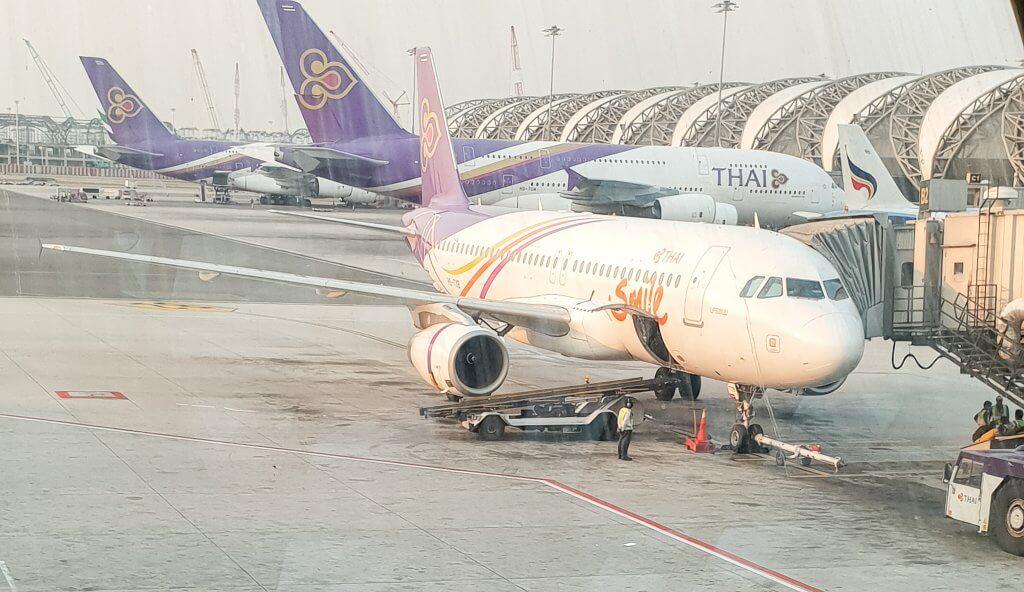 Flughafen Bangkok mit 3 Flugzeugen