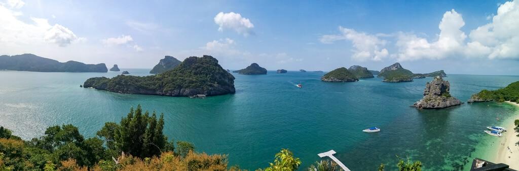Panorama - Golf von Thailand mit kleinen, grünen Inseln und einem Strand