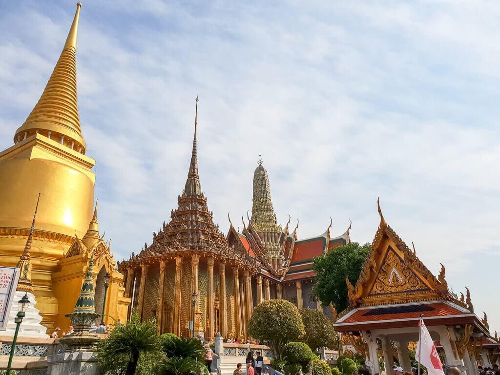 Bangkok  - Königspalast - mehrere Gebäude mit Gold verziert