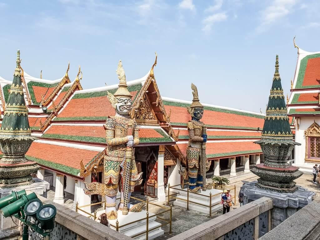 Statuen auf dem Gelände des Königspalastes in Bangkok