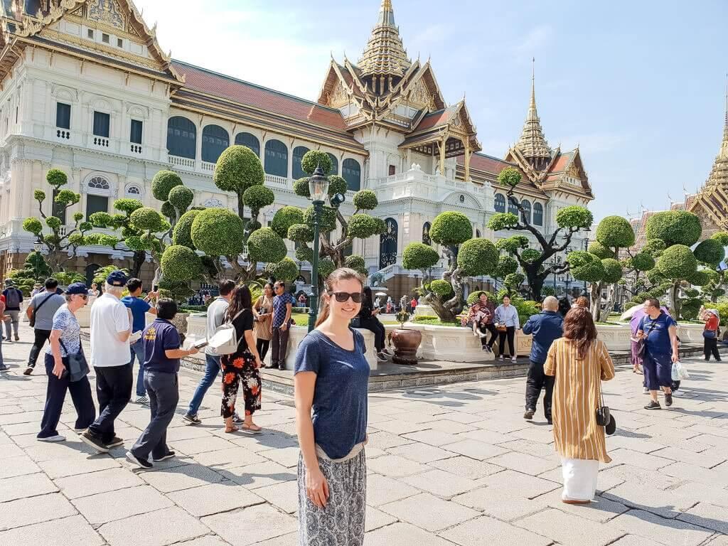 Königspalast Bangkok mit Personen davor