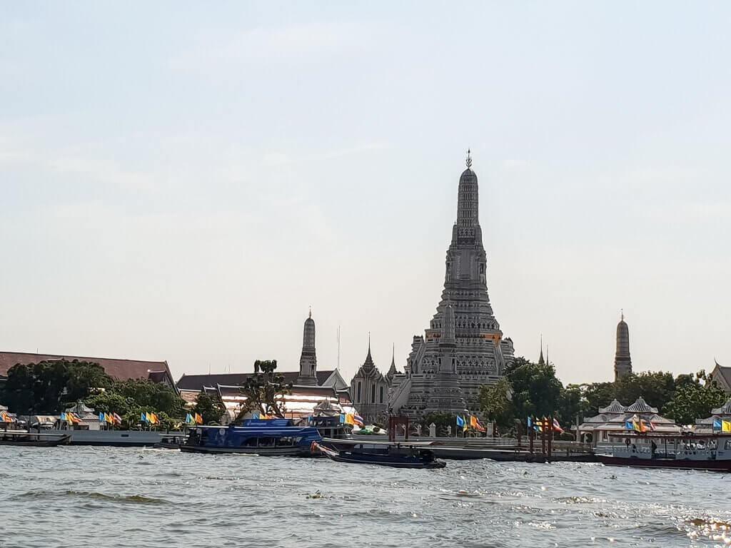 Blick zum Wat Arun vom Chao Phraya aus