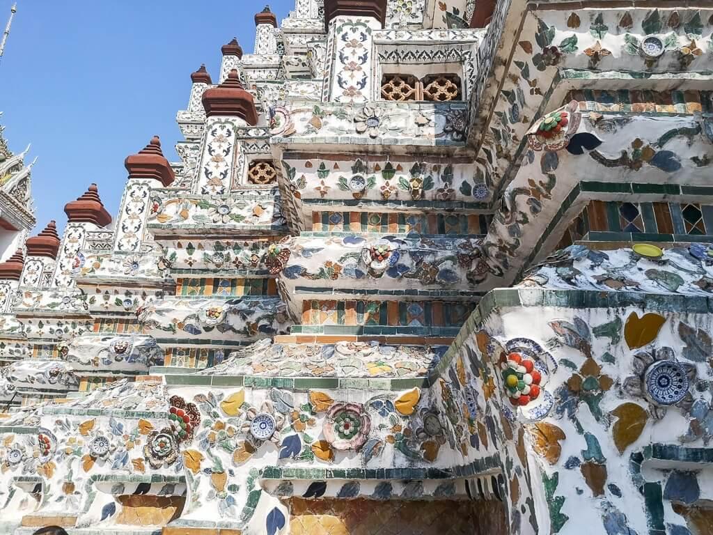 Wat Arun Bangkok -Detailansicht des Mosaiks mit Blumenmuster