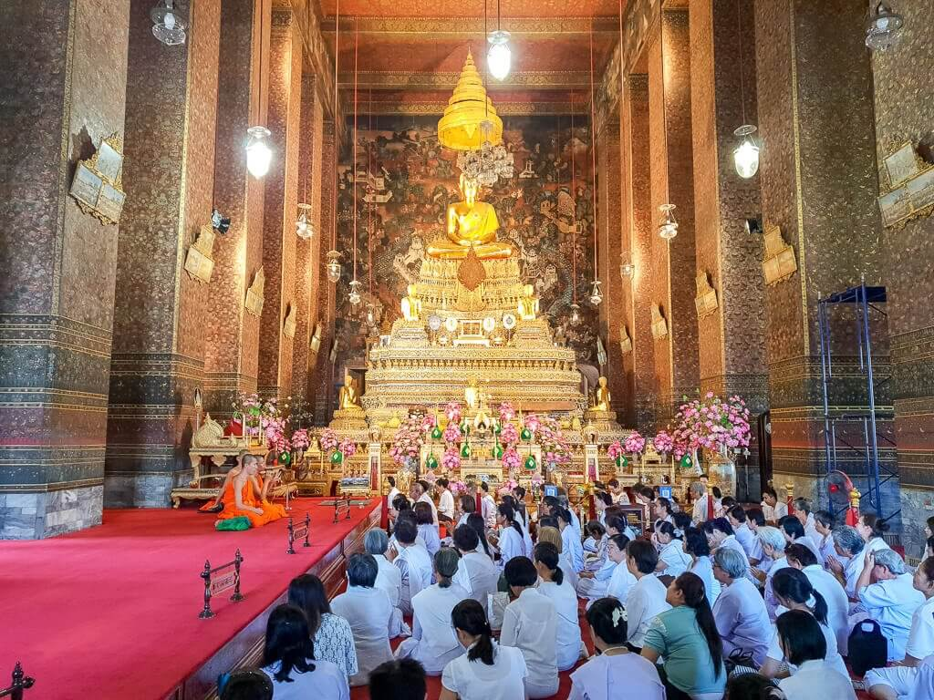 Tempel im Wat Pho mit betenden Mönchen