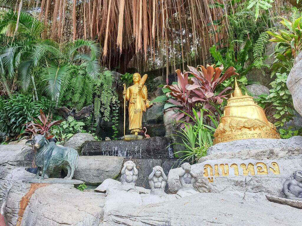 Garten mit Statue - Golden Mount Temple Bangkok