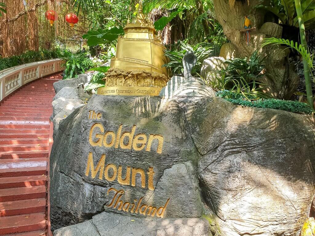 Treppenaufgang mit beschriftetem Stein zum Golden Mount Temple Bangkok