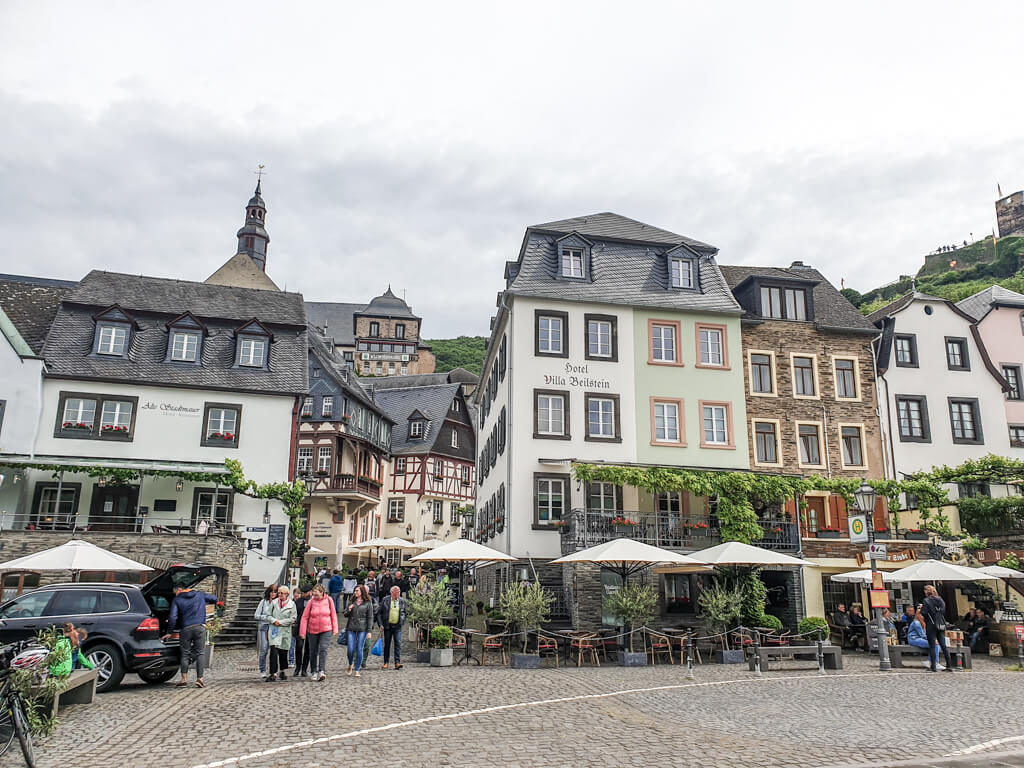 Ortseingang von Beilstein an der Mosel mit Fachwerkhäusern