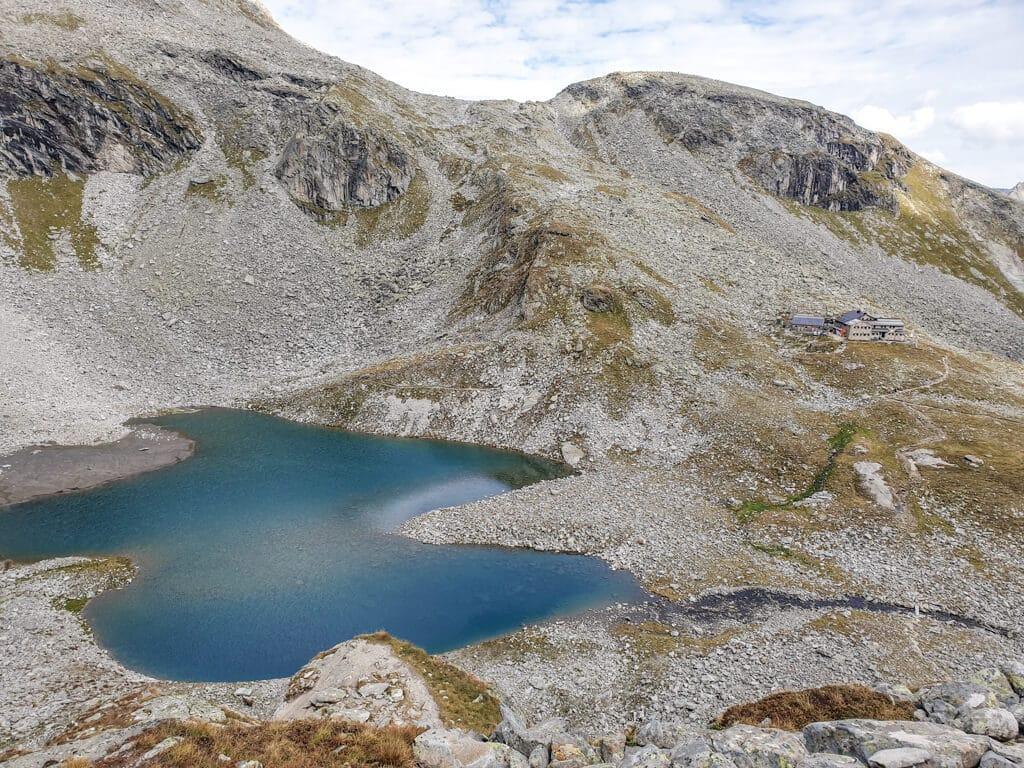 glasklarer, blauer Bergsee liegt inmitten von steinigen Berg
