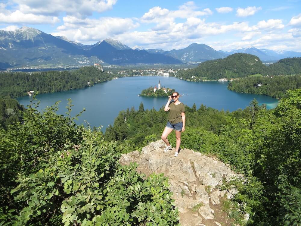 Frau posiert an einem Aussichtspunkt am See in Bled