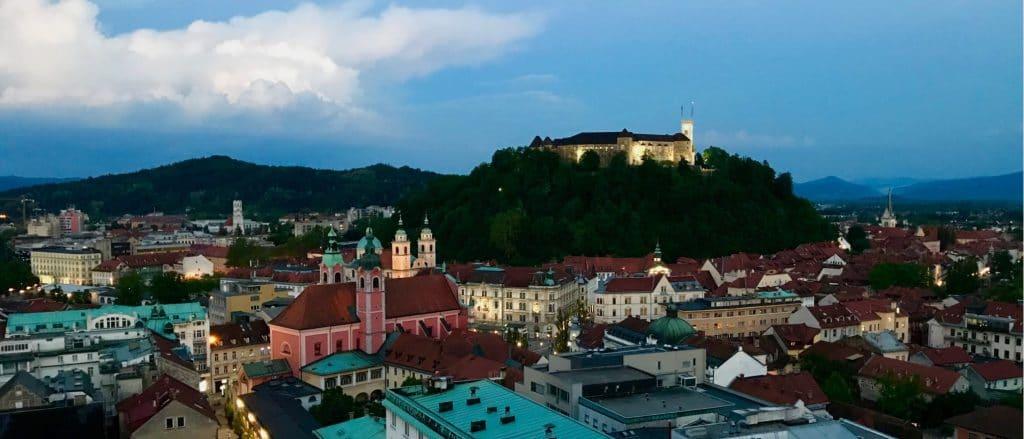 Blick über die Altstadt von Ljubljana in der Dämmerung