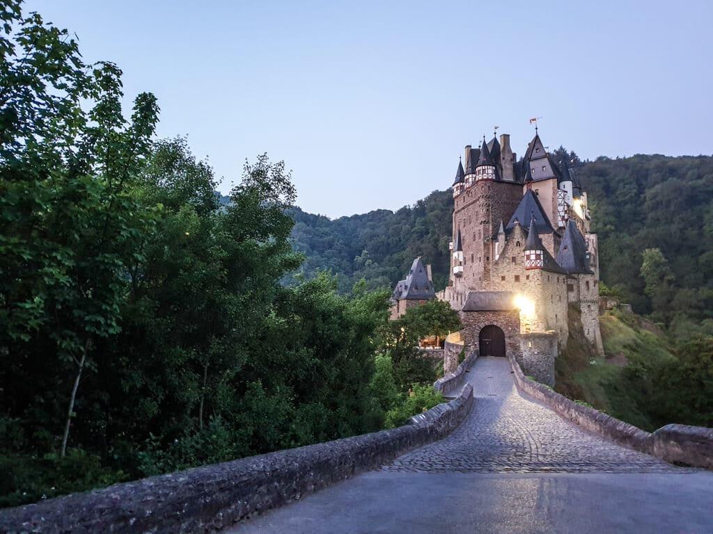 mystischer Sonnenaufgang an der Burg Eltz