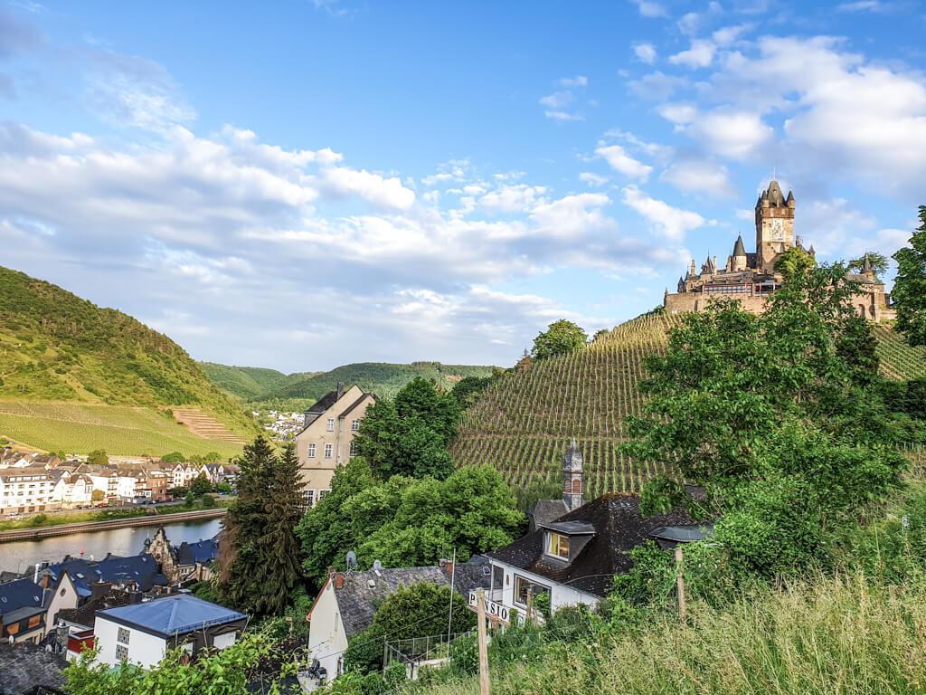 Reichsburg Cochem auf einem Hügel, davor einige Häuser