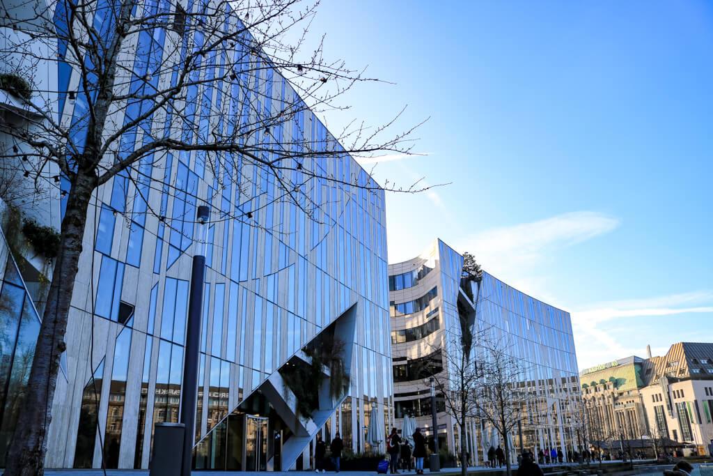 Blick auf zwei moderne Gebäude