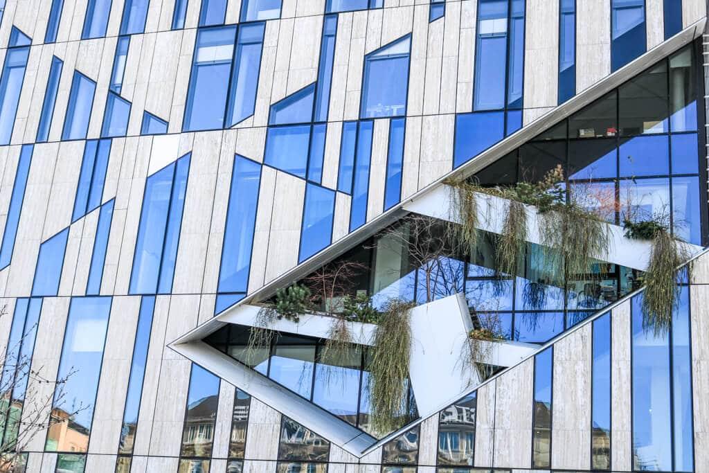 Detailaufnahme eines Gebäudes mit verglaster Fassade