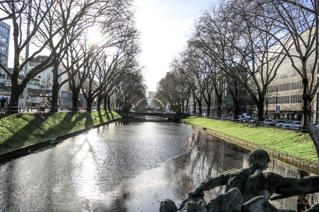 Blick über den Stadtgraben mit Bäumen zu beiden Seiten