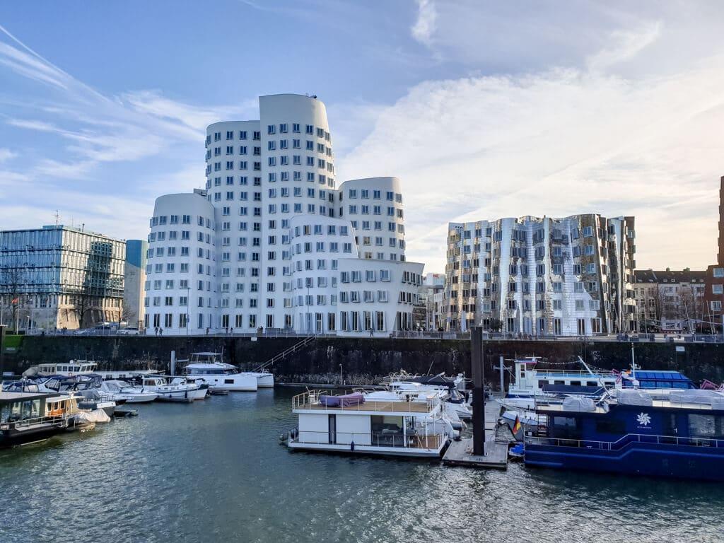 Blick auf die Gehry-Bauten im Medienhafen Düsseldorf