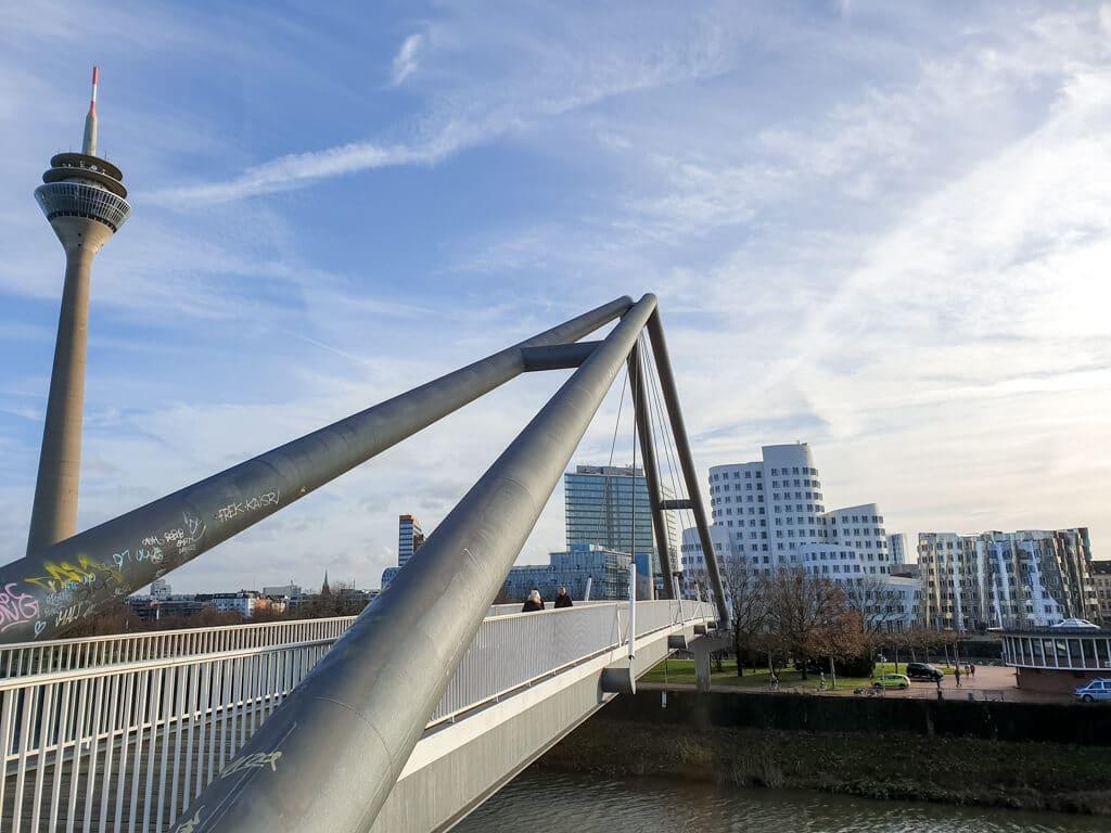 links der Fernsehturm und eine Brücke - im Hintergrund einige Gebäude