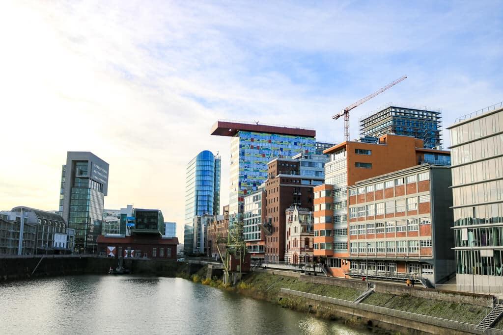 Medienhafen Düsseldorf über den Rhein betrachtet