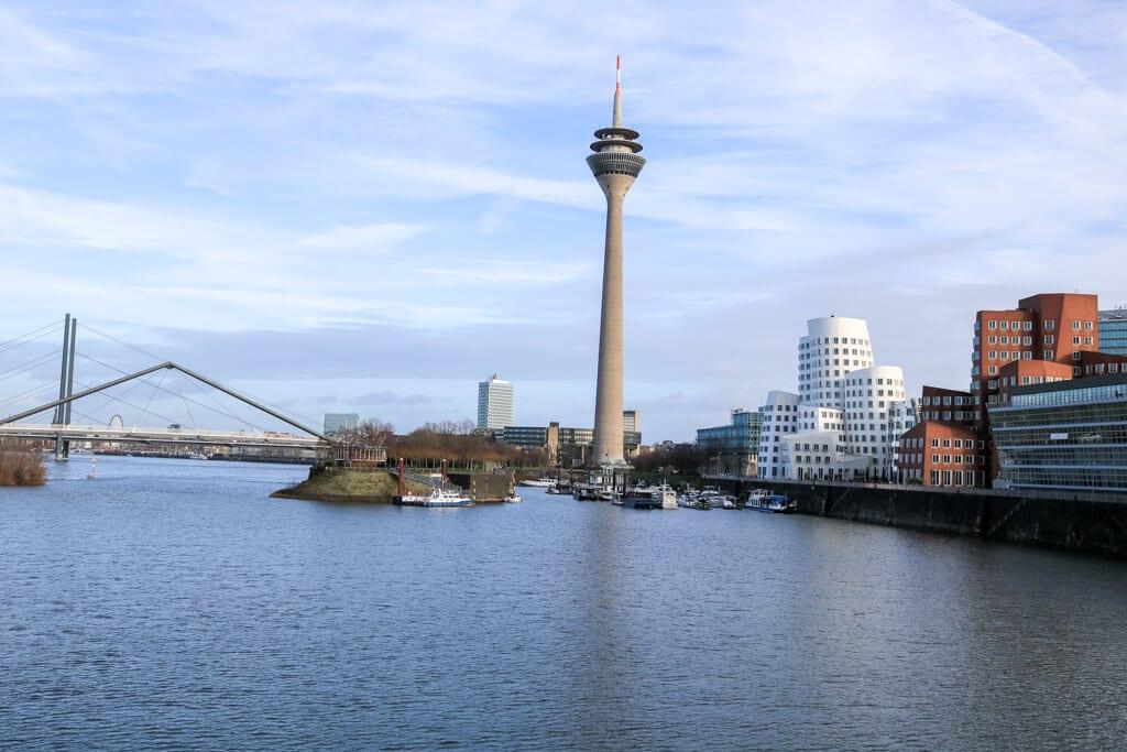 Blick über den Rhein auf den Fernsehturm und eine Brücke