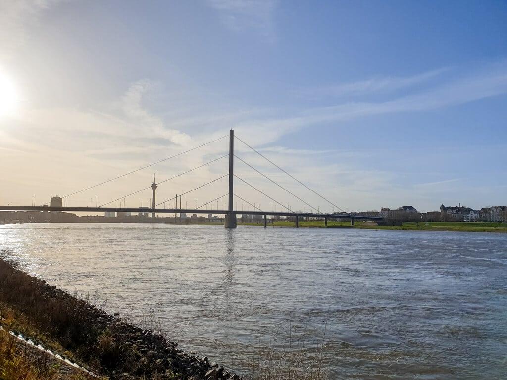 Sonnenschein über dem Rhein