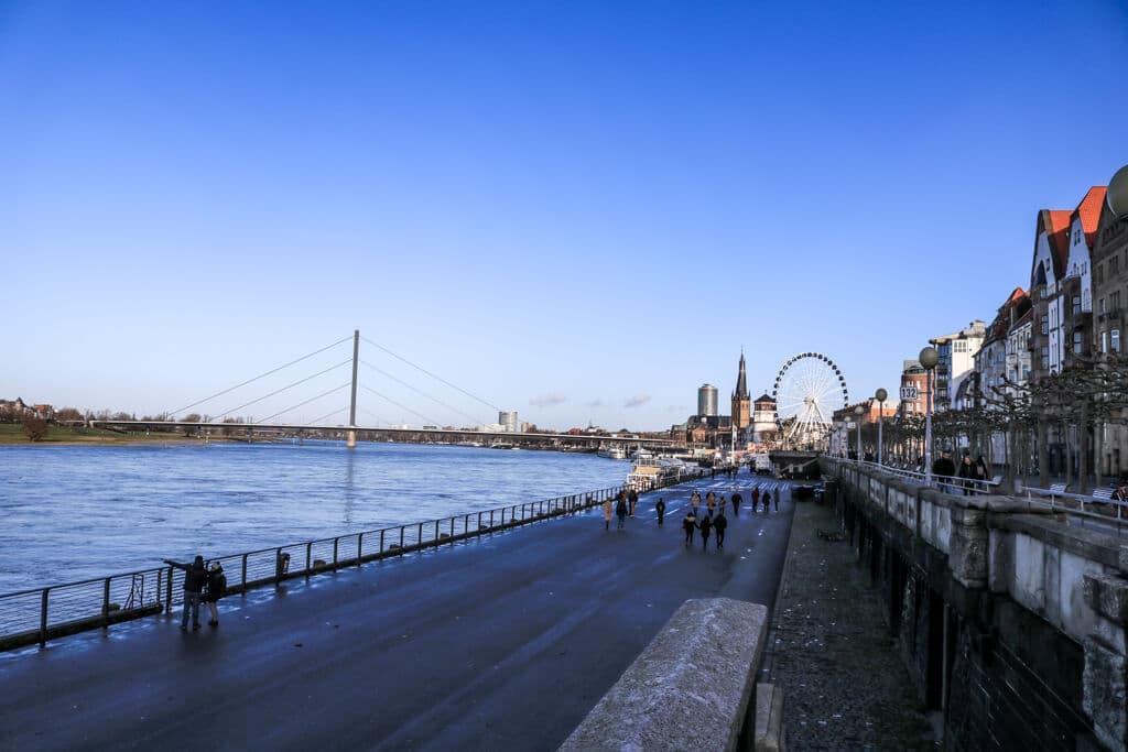 Rheinuferpromenade auf der rechten Seite - links der Rhein