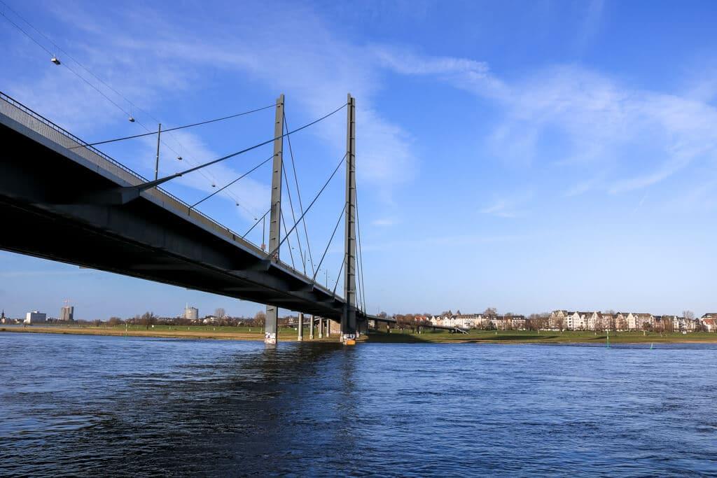Brücke mit Stahlseilen über den Rhein