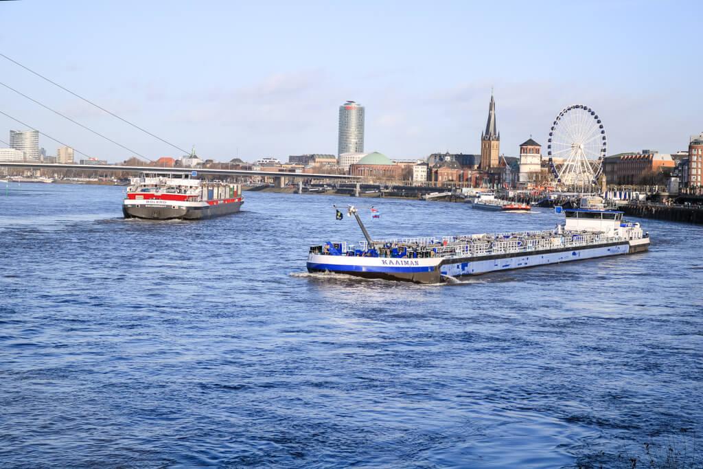 Frachtschiffe auf dem Rhein - dahinter die Altstadt von Düsseldorf