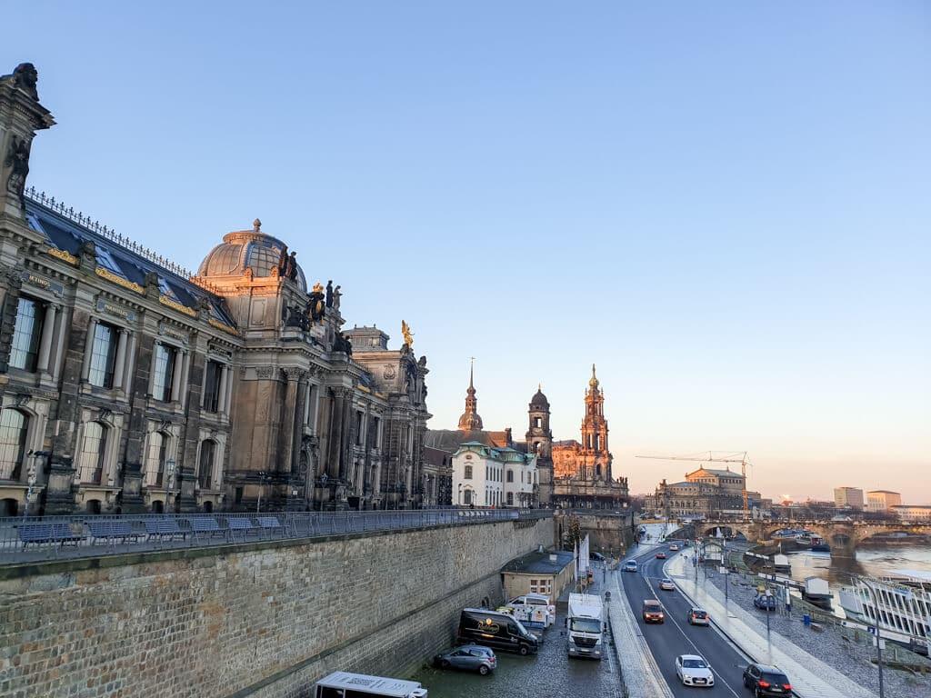 Aussicht von der Brühlschen Terrasse in Dresden auf die Elbe, das Residenzschloss und die Semperoper