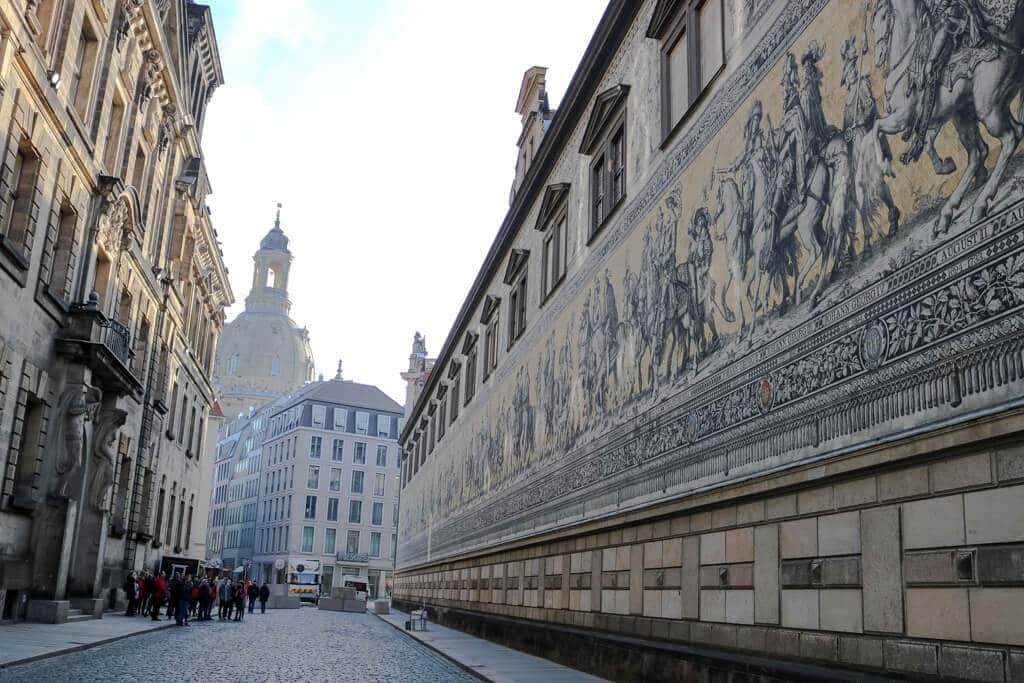 Fürstenzug Dresden mit Blick auf eine Kirche im Hintergrund