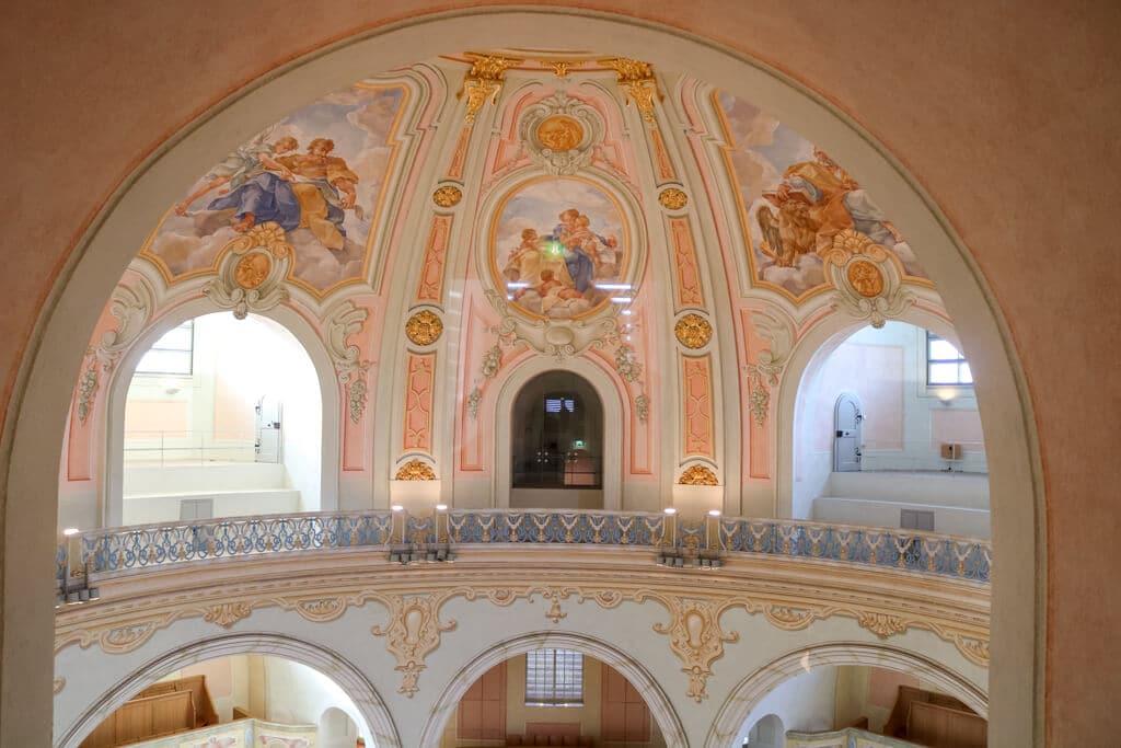 rosafarbenes Wandbild an der Kuppel einer Kirche