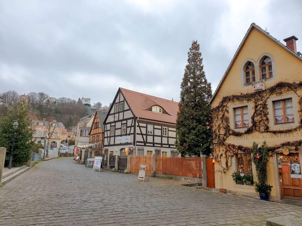 Dresden-Loschwitz: Fachwerkhäuser auf der rechten Seite, links eine Straße mit Kopfsteinpflaster