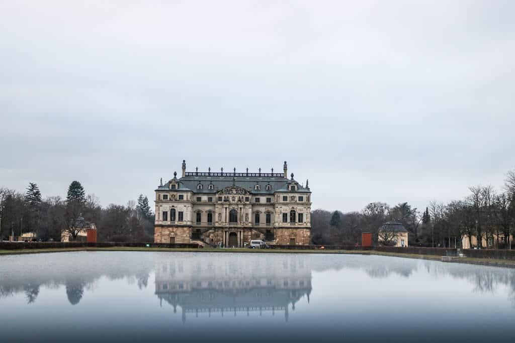 Großer Garten in Dresden - Das Palais Großer Garten spiegelt sich in einem See