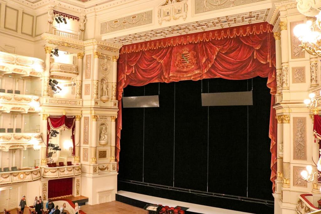 Opernsaal von Innen mit mehreren Balkonen und verzierter Bühne