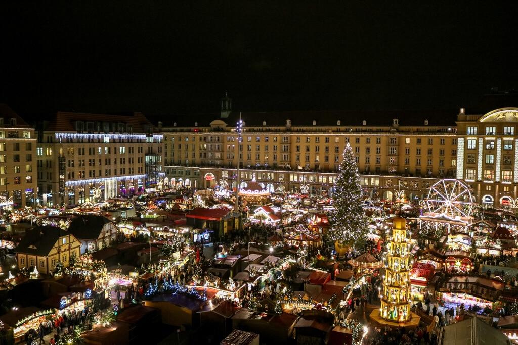 Überblick über den Dresdener Striezelmarkt bei Nacht