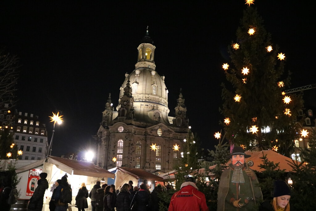 Weihnachtsmarkt in Dresden - links die Frauenkirche, rechts ein Weihnachtsbaum bei Nacht