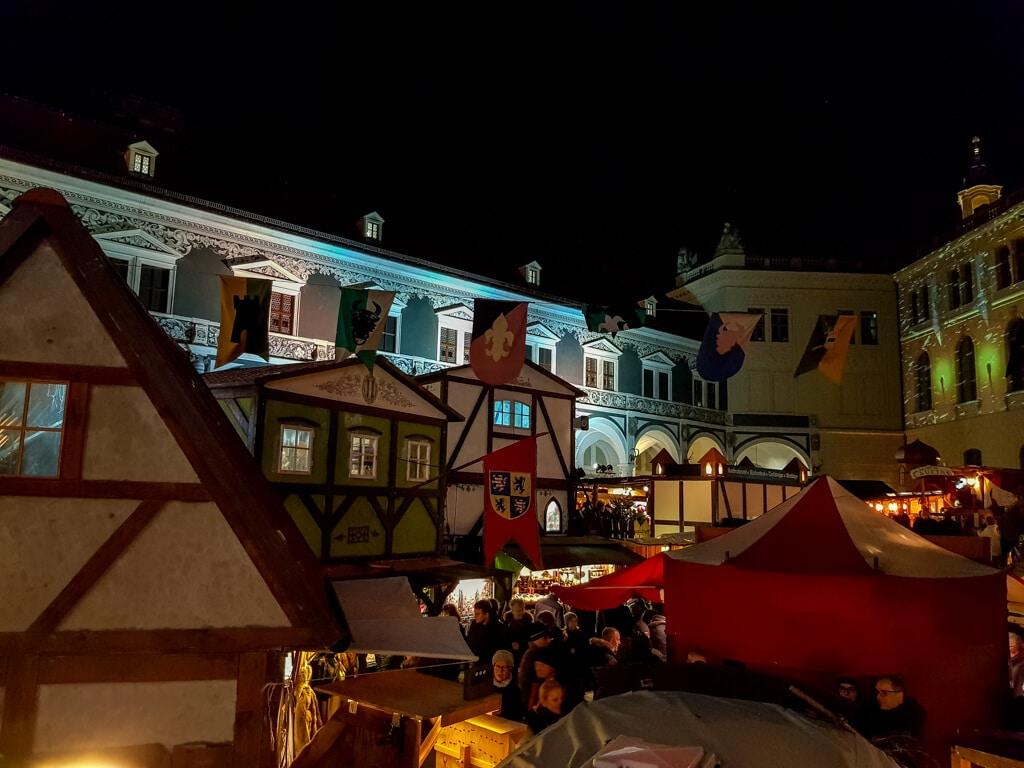 Weihnachtsmarkt mit mittelalterlichen Ständen in einem Innenhof