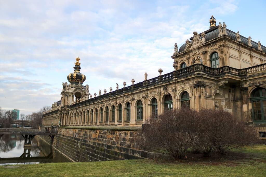 Zwinger Dresden, davor ein Kanal