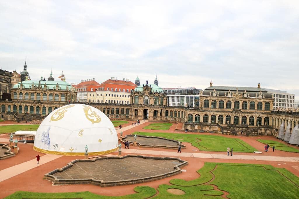 Überblick über eine Parkanlage, die von historischen Gebäuden umringt ist