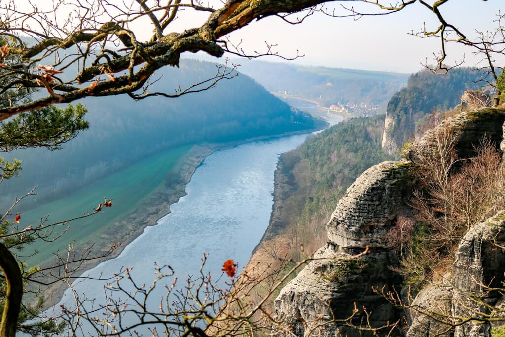 Aussicht auf die Elbe - rechts Felsen, vorne Äste eines Baumes