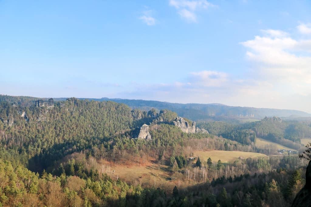 Panorama mit Wald, Felsen und blauem Himmel