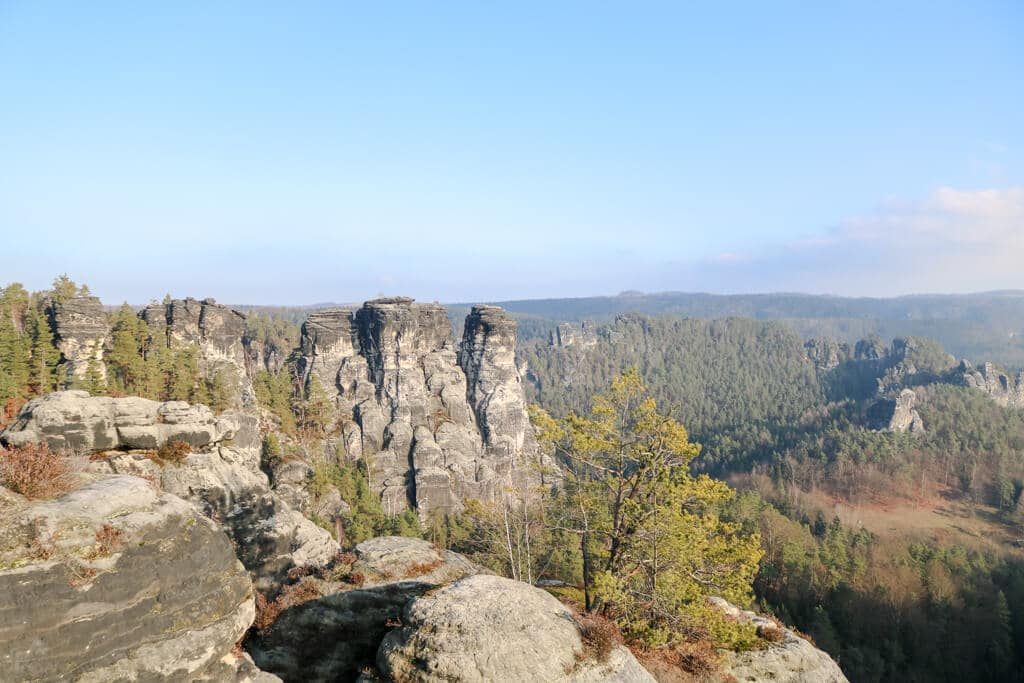 Felsvormation mit drei Spitzen im Elbsandsteingebirge