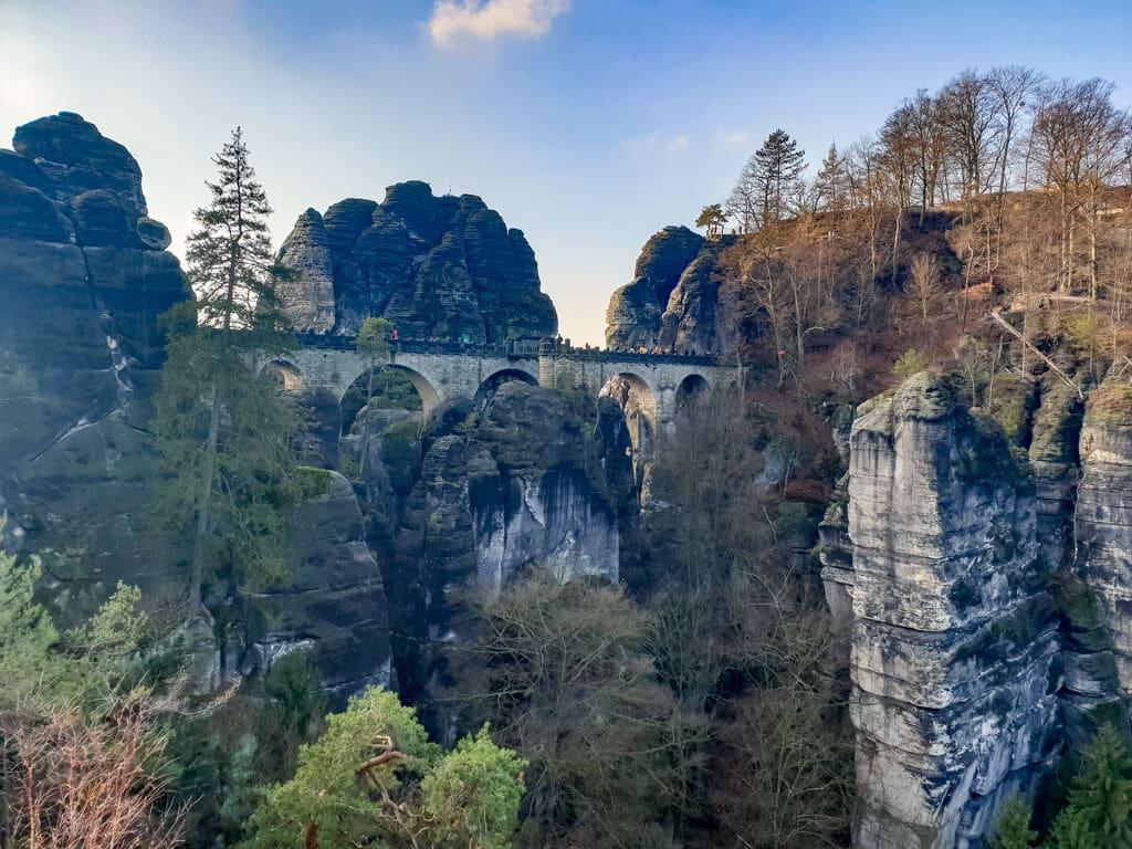 Aussicht auf eine Steinbrücke inmitten von Felsen und Wäldern