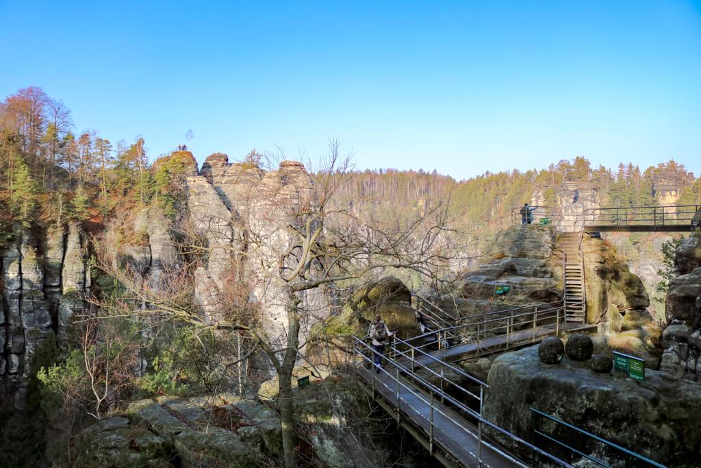 Stege mit Geländern in der Felsenburg