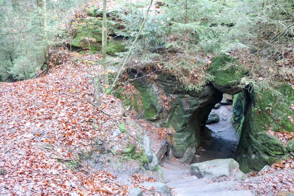 Durchgang durch einen Felsen mitten im Wald
