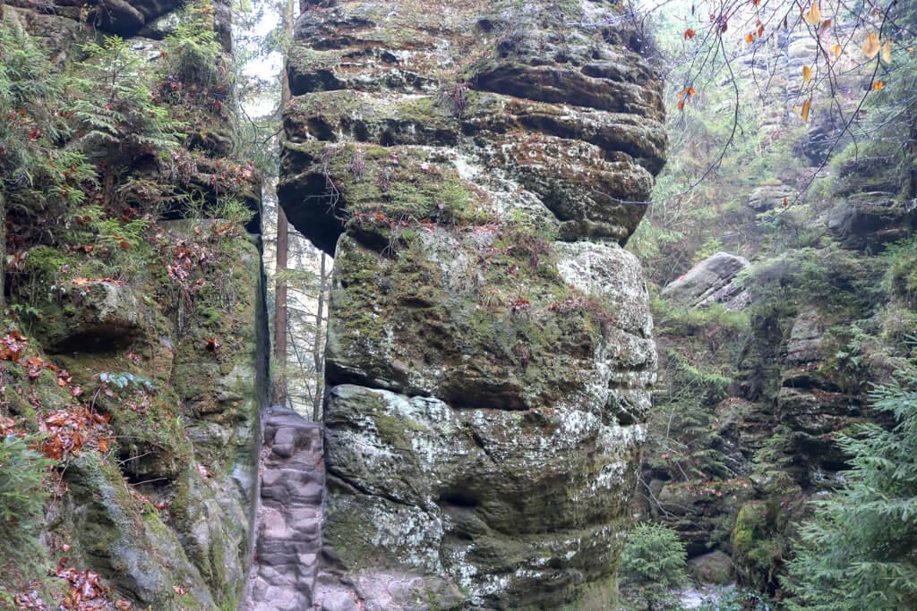 enger Felsspalt zwischen zwei Felsen