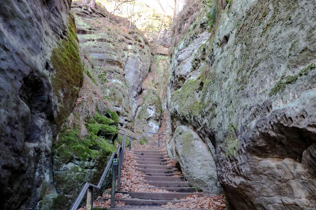 Treppenstufen mit Steigung zwischen Felsen