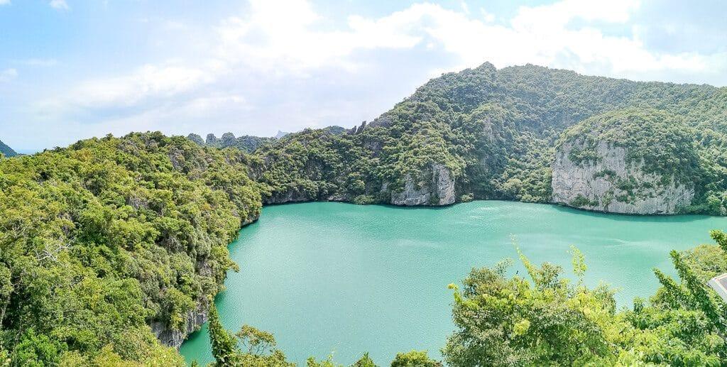 Emerald Lagoon - blauer See inmitten von Bäumen auf einer Insel