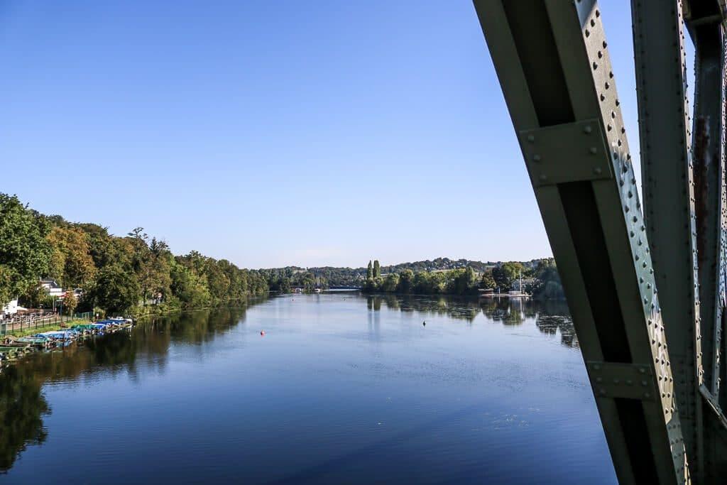 Blick auf den Baldeneysee - mit einem Brückenpfeiler an der rechten Bildseite