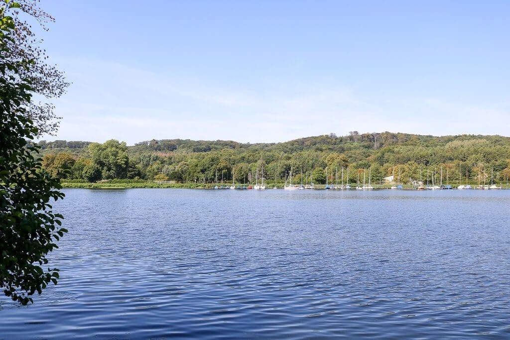 See mit Segelbooten am gegenüberliegenden Ufer