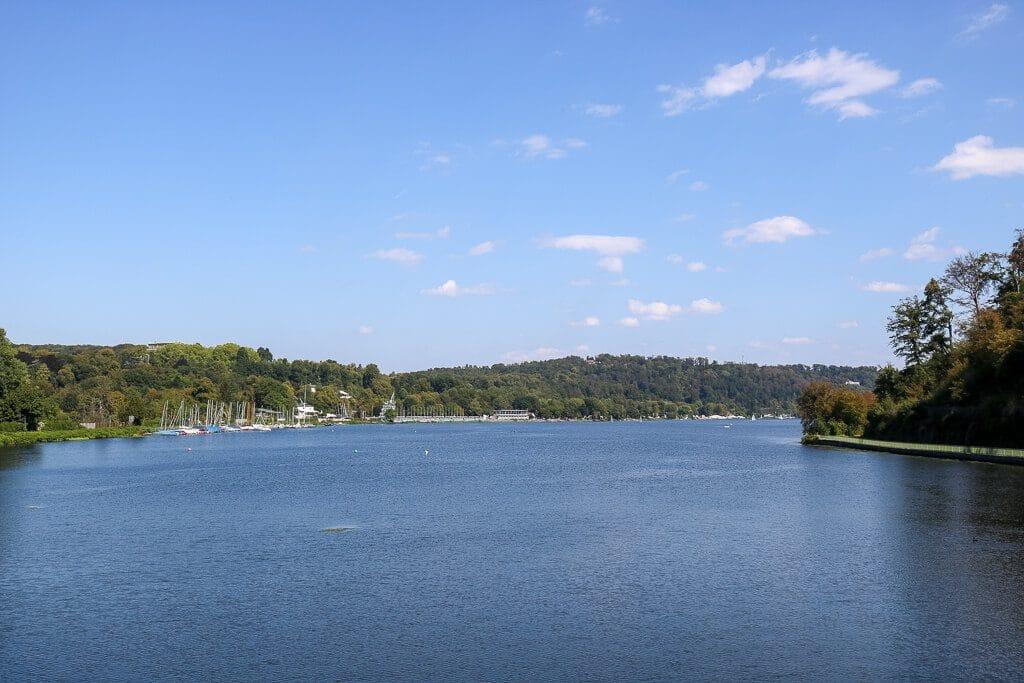 Baldeneysee mit begrüntem Uferbereich